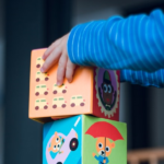 kind bouwt blokken als symbool voor kansen bouwen